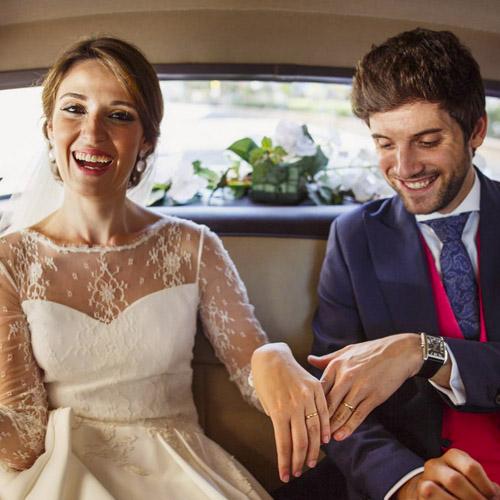 Couple mariés dans la voiture de cérémonie