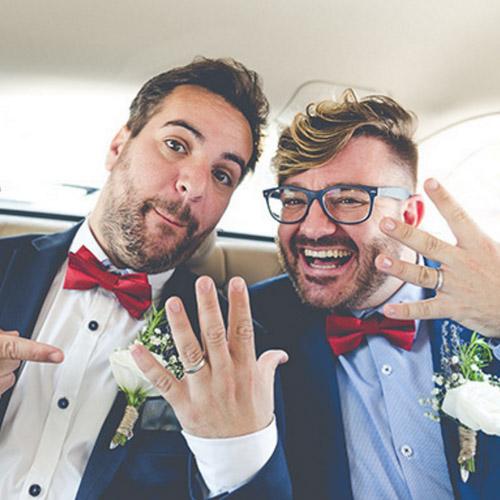 Couple de jeunes mariés gay