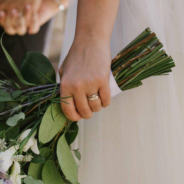 Mariée avec son bouquet et ses bagues de mariage